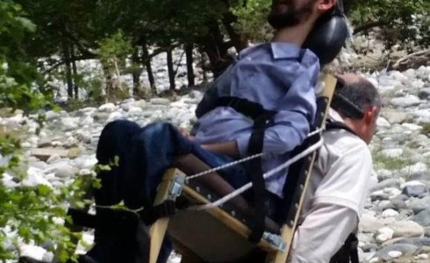 Κουβαλά στην πλάτη τον ΑμεΑ αδερφό του για να δει τις ομορφιές της Ηπείρου