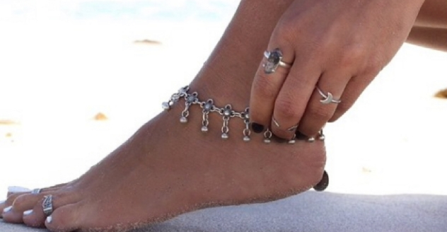 Οι αλυσίδες για το πόδι με κουδουνάκια φοριούνται συχνά από χορεύτριες.